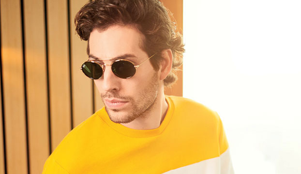 f2fe064dd7c17e Man draagt zonnebril van de trend Micro sunnies