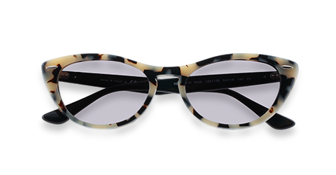 Une paire de solaires Cat eye de Ray-Ban